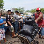 pescadores moviendo bolsas de basura y otros descansando después de la jornada #BasuraChallengeAcajutla
