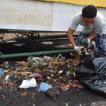 Joven recogiendo basura #BasuraChallengeAcajutla