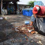 Pescador recogiendo basura con sus manos #BasuraChallengeAcajutla