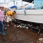 personal de la alcaldía y pescadores recogiendo basura #BasuraChallengeAcajutla